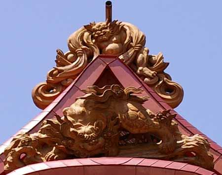 後部最上部の風神と鬼板(上)の唐獅子