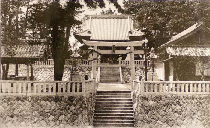 拝殿にある昭和7年当時の写真です。瓦葺なのが解ります。