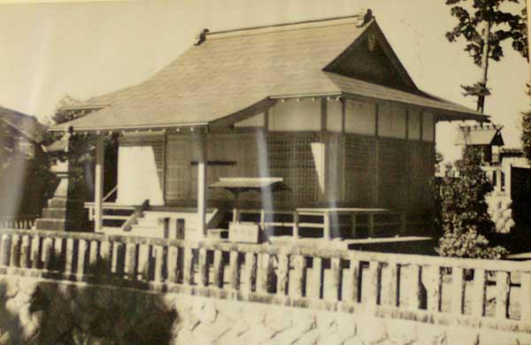 戦災で消失したため、昭和28年に再建した時の写真です。現在の拝殿です。